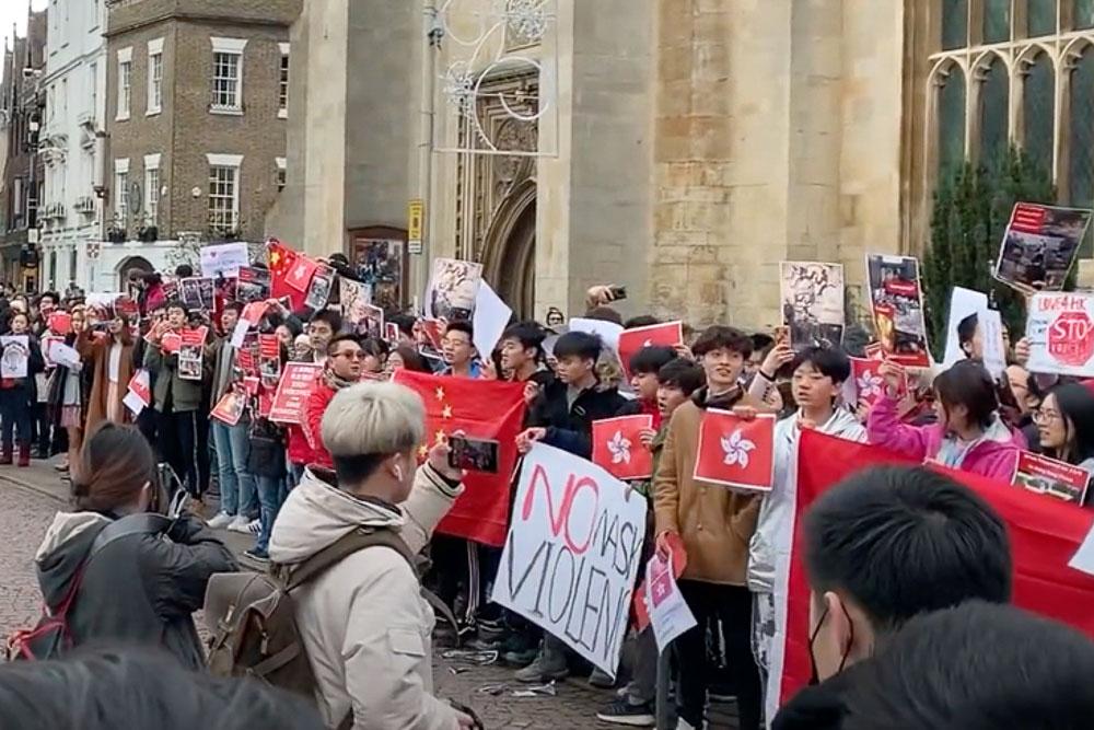 2019年劍橋舉行的呼籲取消香港特首林鄭月娥在劍橋大學一所學院榮譽院士頭銜的活動,學聯組織大陸留學生踩場。(影片截圖)