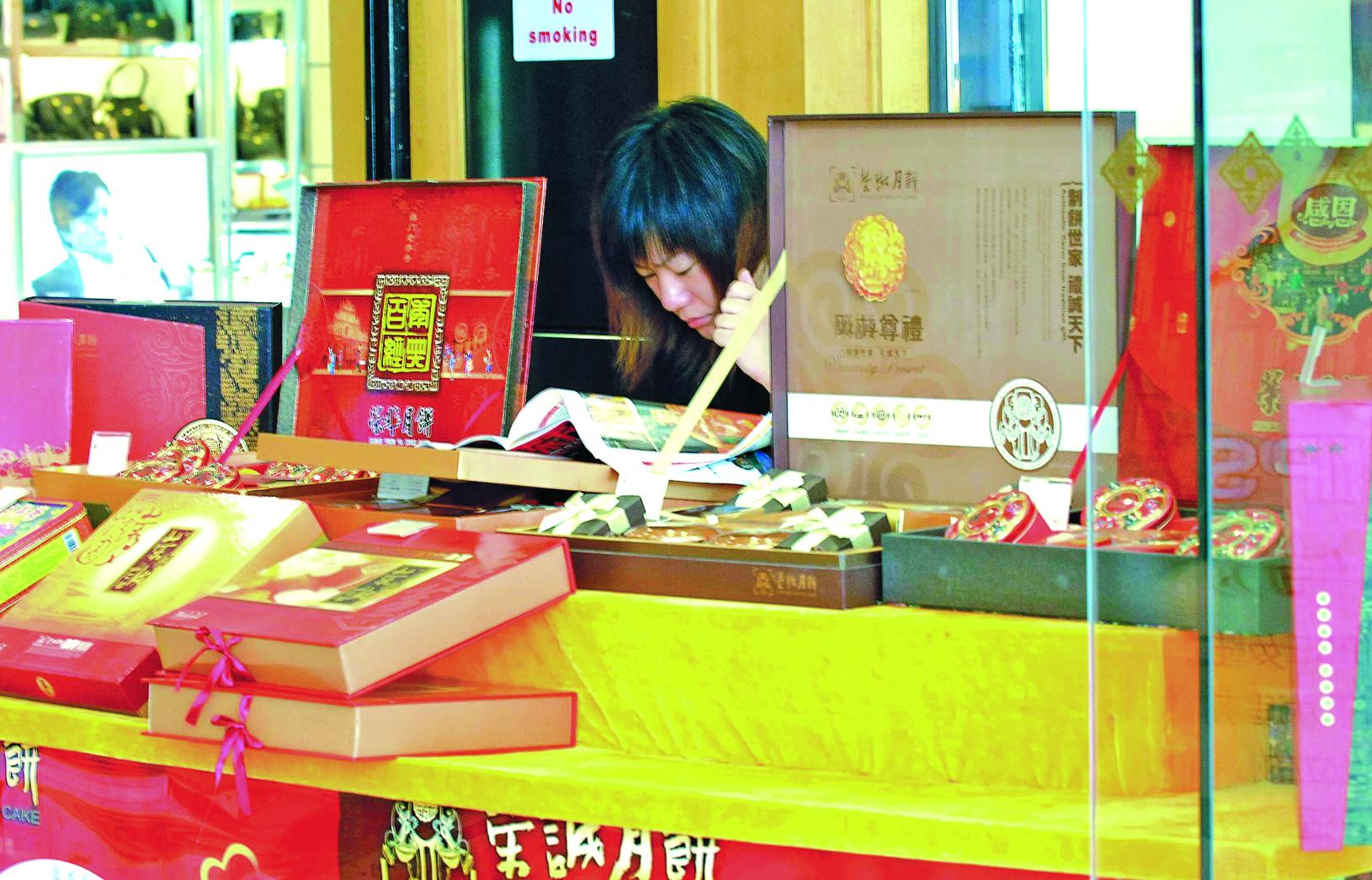 負面新聞頻傳,許多中國民眾不敢買大陸生產的月餅。圖為南京一家商場的月餅專櫃。(大紀元資料室)