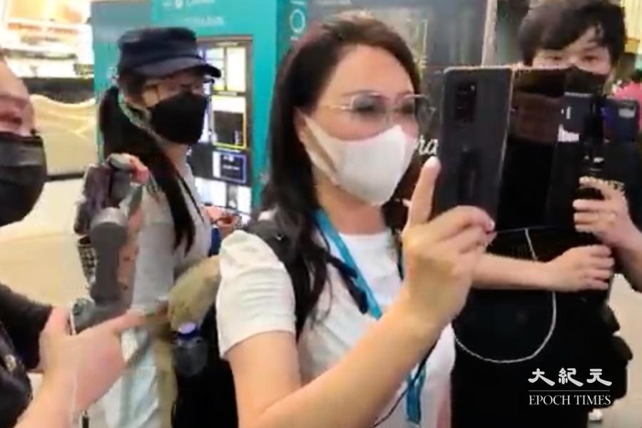 銅鑼灣女子偷拍記者引不滿 廿名警員護送離開