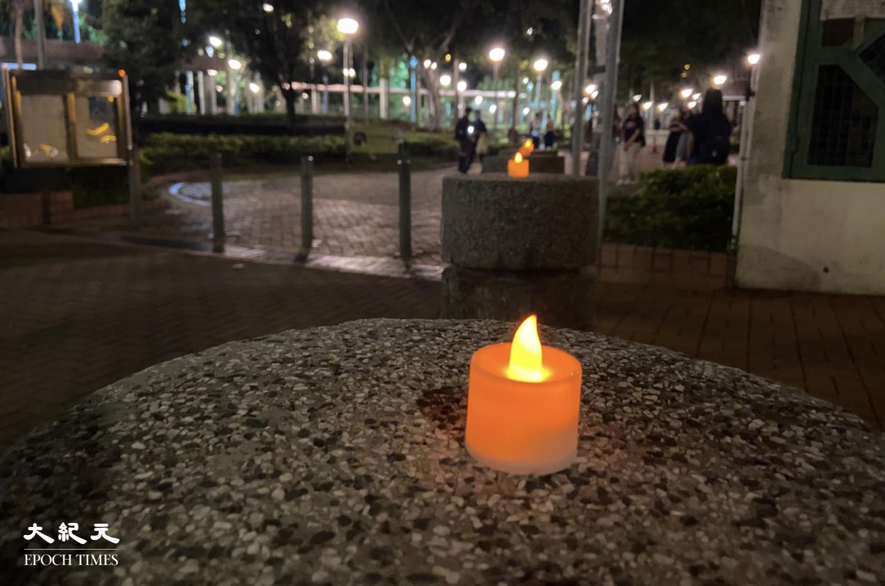 6月4日晚,在舉行彌撒期間,有市民在聖安德肋堂外點亮燭光。(李善宇/大紀元)