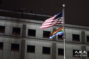 六四32|美國駐港領事館窗邊圍滿燭光悼64