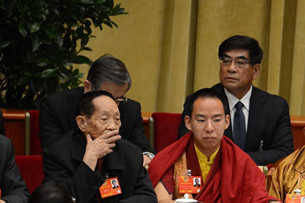 2013年3月3日袁隆平(左)出席在北京人民大會堂舉行的中共政協會議開幕式。(GOH CHAI HIN/AFP )