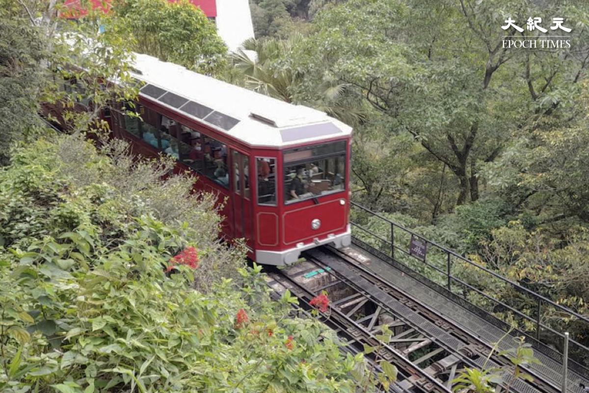 陪伴了香港人32年的酒紅色第五代山頂纜車將要退役了。(樂樂/大紀元)