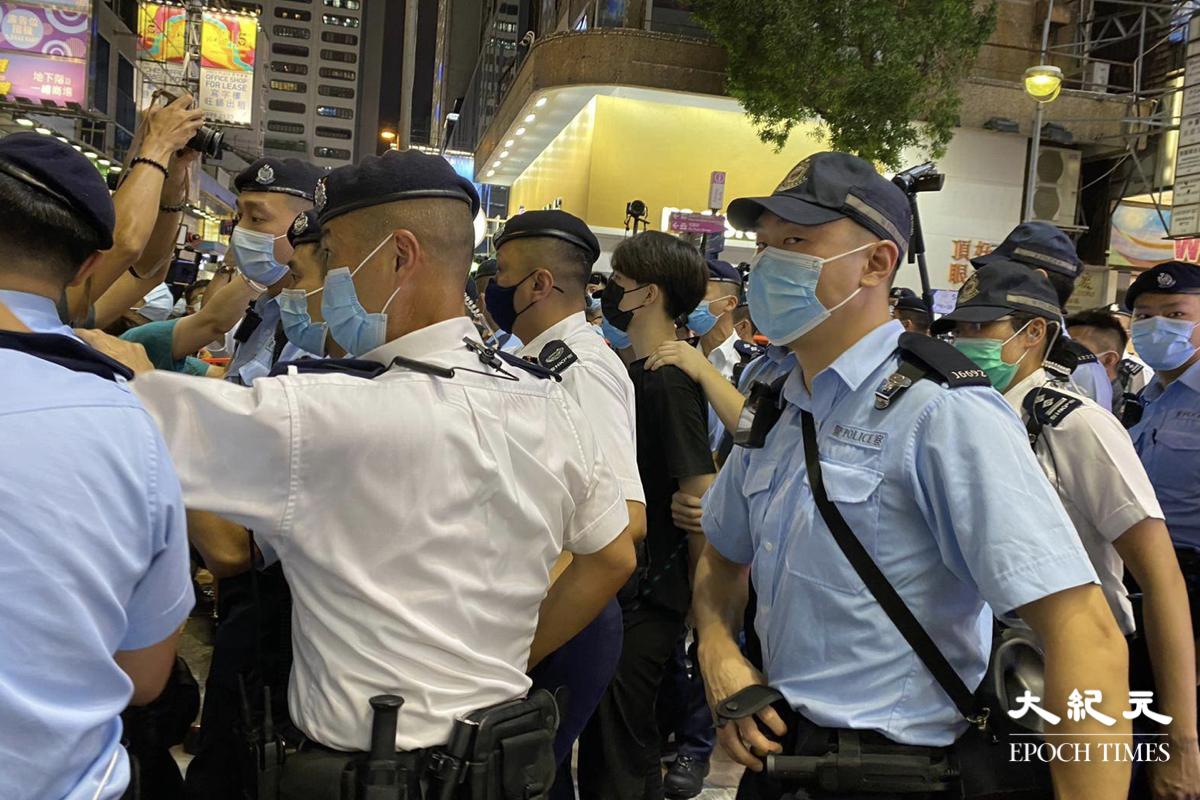 6月4日晚,賢學思政召集人王逸戰於旺角街站被捕,被控公眾地方行為不檢及阻差辦公,5日獲准保釋。(麥碧/大紀元)