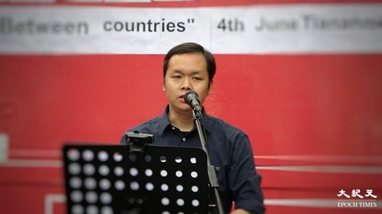 「英倫好鄰舍教會」創辦人之一的陳凱興在集會上發言。(文苳晴/大紀元)