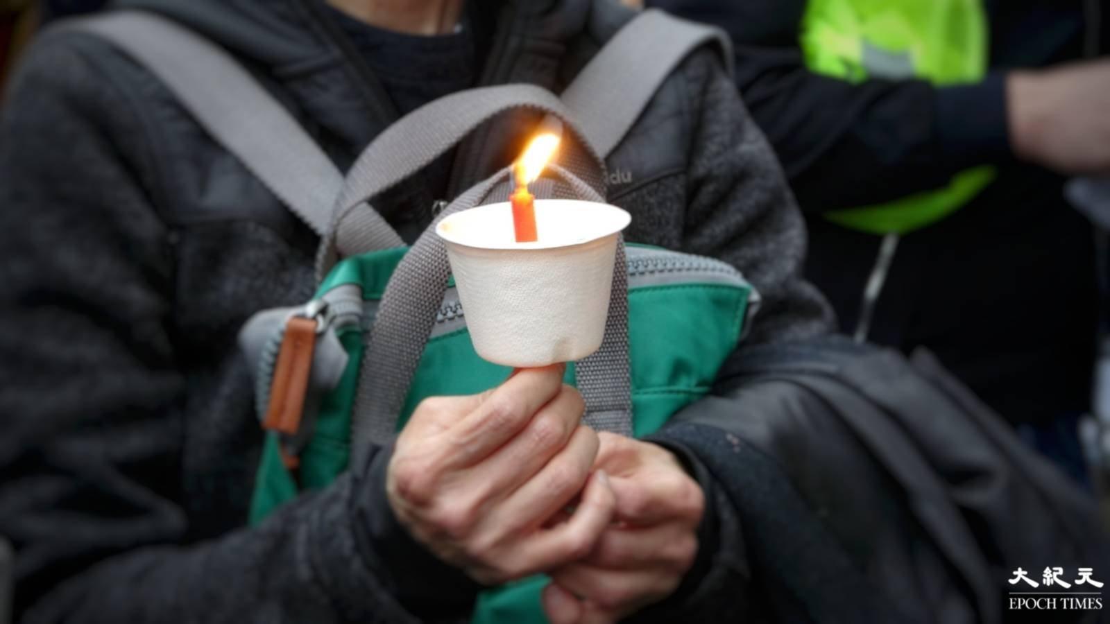 逾千人在中共駐倫敦大使館前舉行六四集會,並點起燭光以獻給當年亡魂。(文苳晴/大紀元)