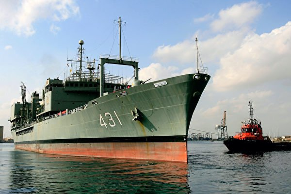 6月2日,伊朗海軍最大艦艇「哈格號」(Kharg),在阿曼灣(Gulf of Oman)起火後沉沒。圖為2012年10月31日,停靠在岸邊的伊朗「哈格號」(Kharg)。 (ASHRAF SHAZLY / AFP via Getty Images)