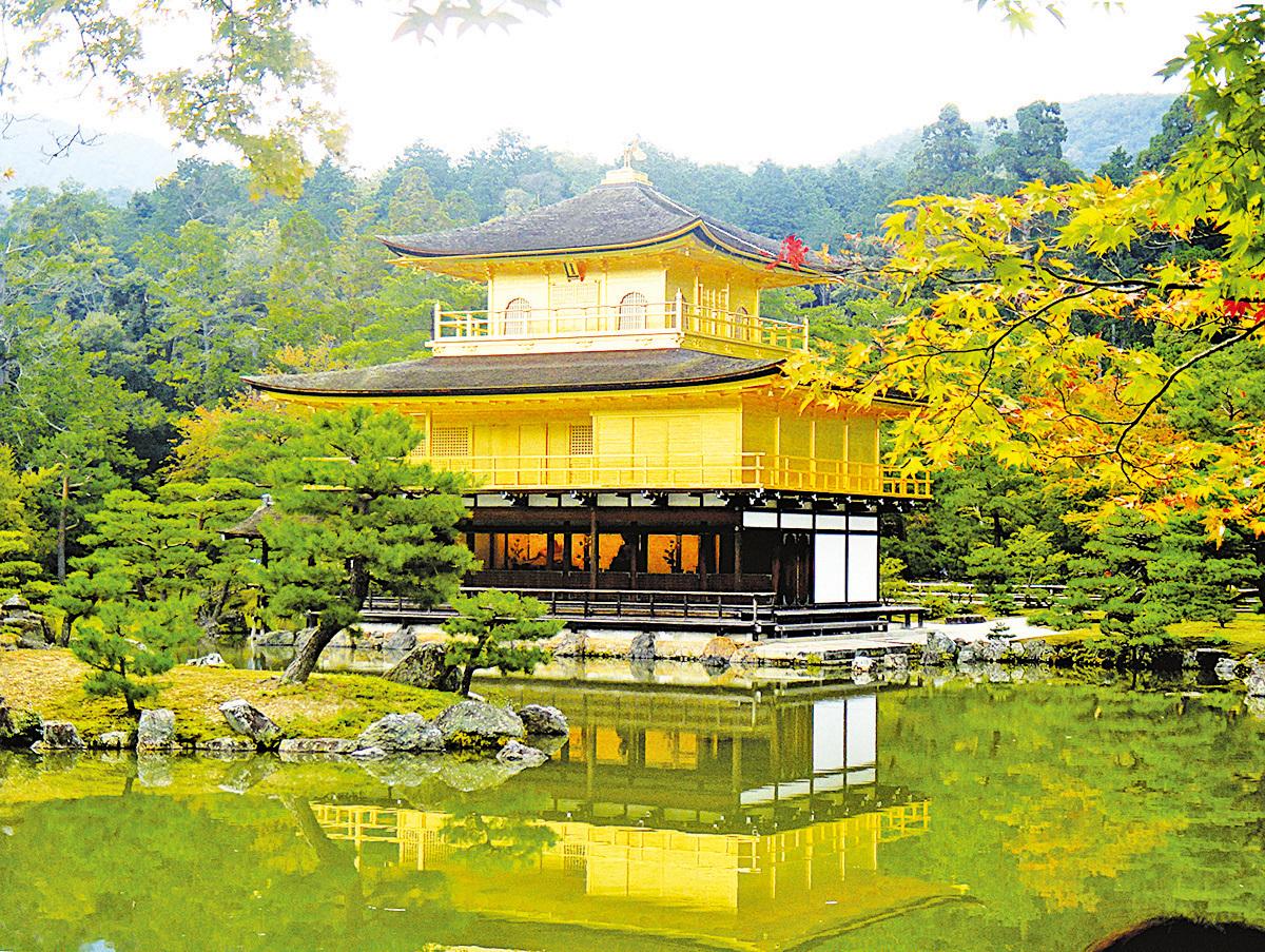 (上圖)金閣寺以金箔鋪就外牆,在陽光照射之下金光閃閃。(藍海/大紀元)