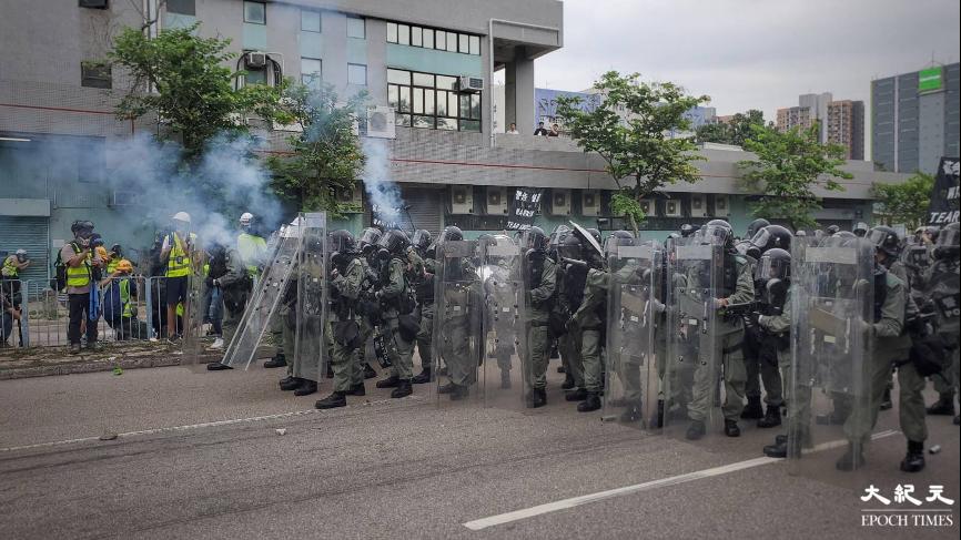 「7.21」元朗襲擊事件被認為是「反送中」運動的轉捩點,示威者指香港警察在事件上袖手旁觀。圖為2019年7月27日警民雙方在元朗爆發衝突時,港警施放催淚彈的畫面。(文苳晴/大紀元)