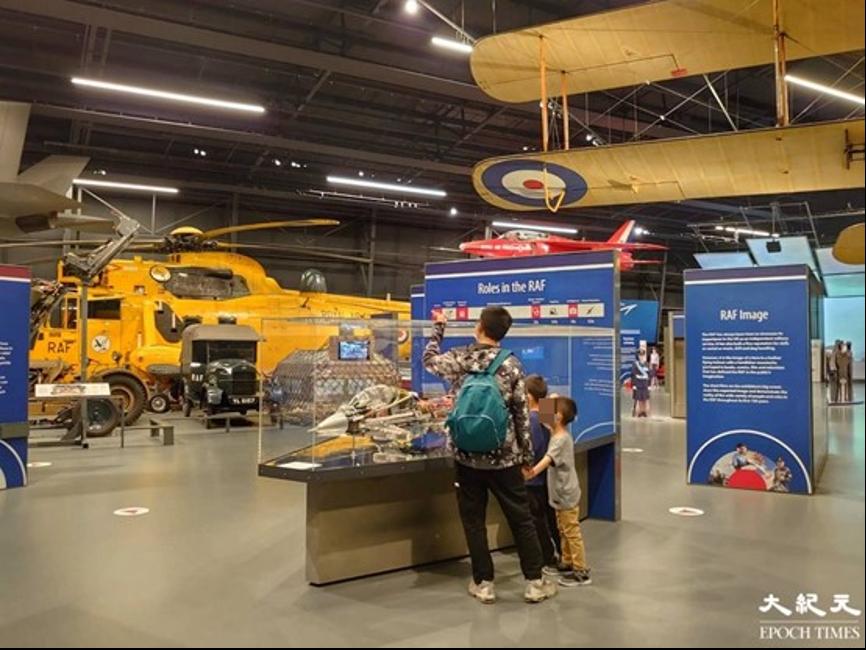 夫婦在英國享受周末家庭樂,更帶2名兒子參觀英國皇家空軍博物館,了解英國歷史。(受訪者提供)