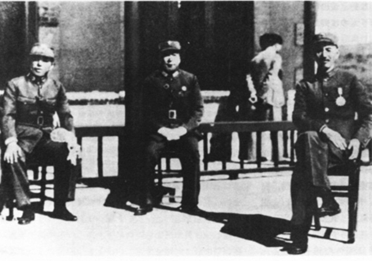 西安事變發生前,蔣介石(右)、張學良(左)及楊虎城(中)合照。(公有領域)