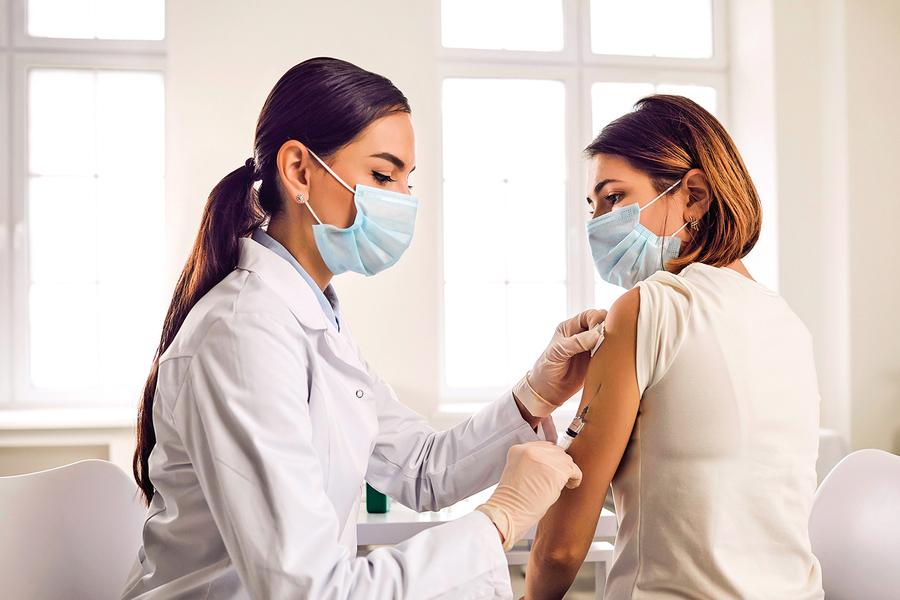 AZ疫苗保護力如何? 接種副作用、禁忌一次說分明
