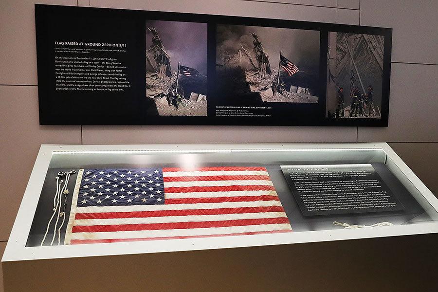 失蹤15年的911國旗回到紐約,在全國911紀念博物館展出。(Spencer Platt/Getty Images)