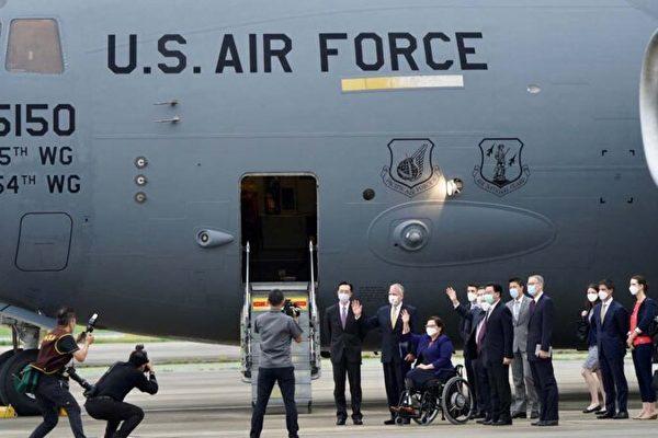 6月6日美國三名參議員搭美軍C-17全球霸王III戰略機抵達台灣,觸動「中共底線」,中共集體沈默令小粉紅崩潰。黨喉胡錫進稱大陸有發脾氣主導權令網絡翻車、網民嘲諷。(ADEN HSU/POOL/AFP via Getty Images)