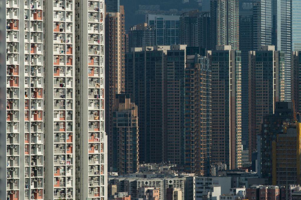 戴德梁行昨(6月8日)發佈第二季住宅市場回顧及展望,表示上半年成交量創9年新高,樓價第三季有望返2019年峰值。(PHILIP FONG/AFP via Getty Images)