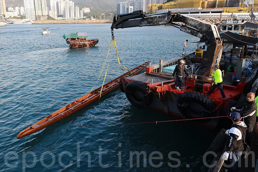 龍舟會在香港仔海峽停泊的躉船上接收龍舟。(陳仲明/大紀元)