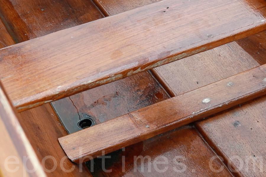 在龍舟船艙內,還設有細小的排水孔,彭先生每一次都會檢查排水孔是否堵塞。(陳仲明/大紀元)