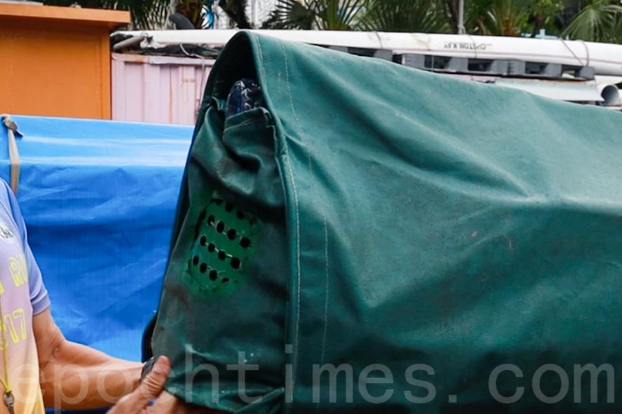 帆布鏤空的部位有助於龍舟散熱。(陳仲明/大紀元)