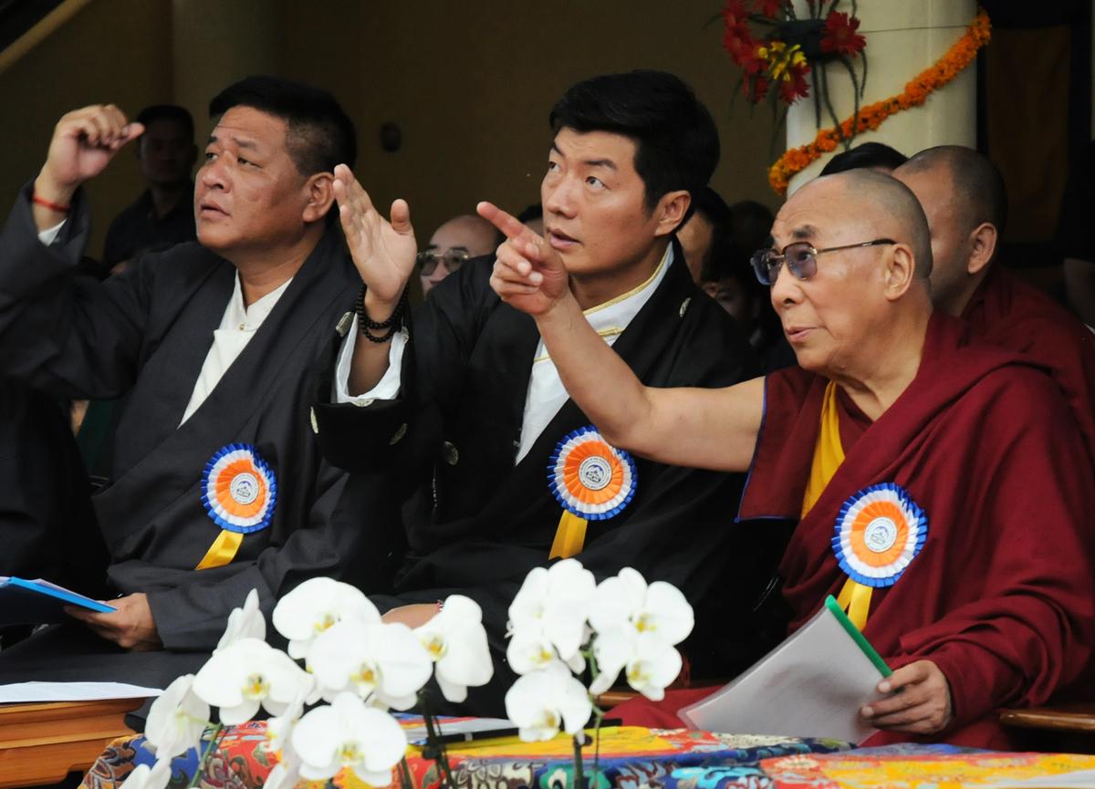 2012年7月6日,西藏流亡政府時任司政洛桑森格(中)與時任議會議長邊巴次仁(左)一起爲達賴喇嘛(右)慶祝77歲生日。(STRDEL/AFP/GettyImages)