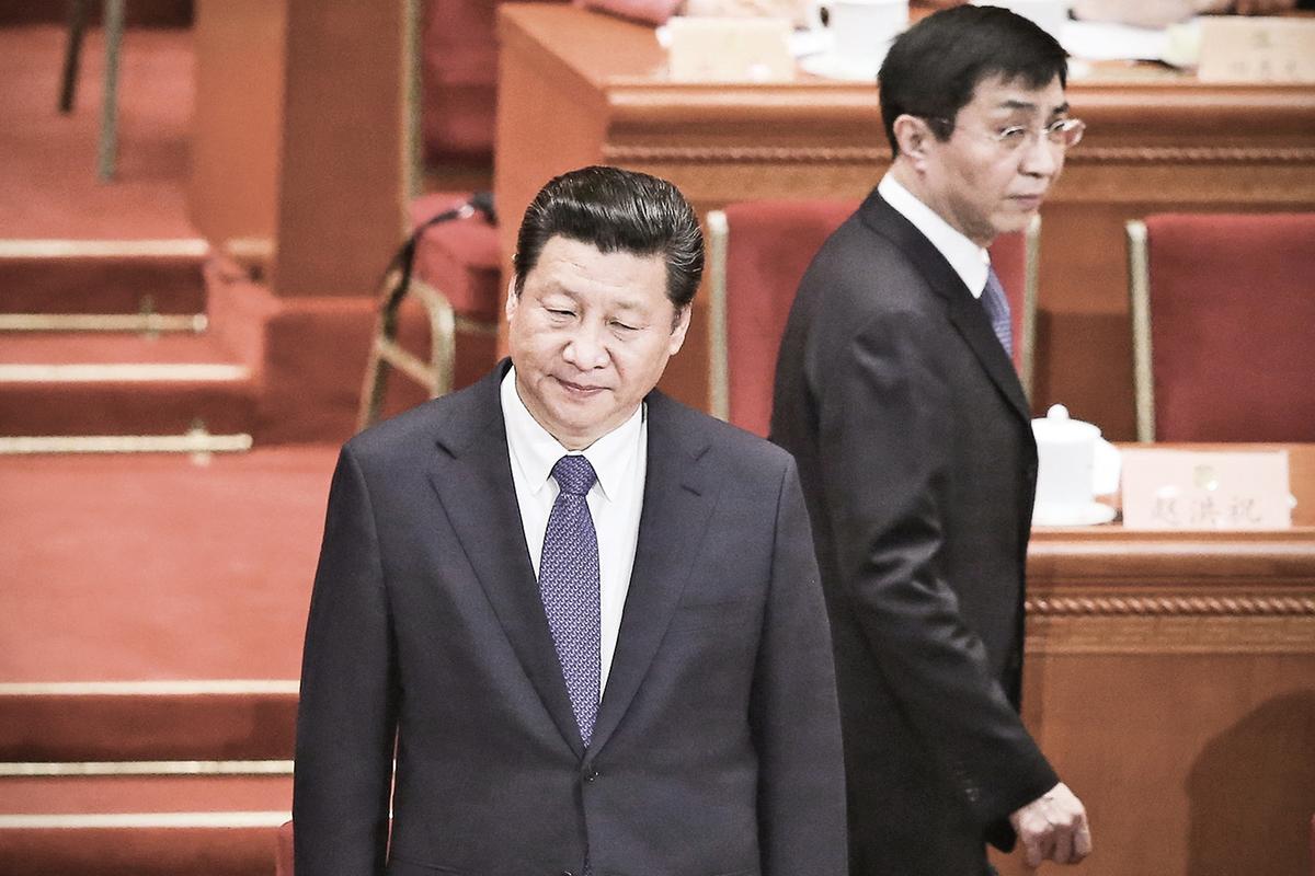 王滬寧掌控的黨媒對習近平大肆迷惑與捧殺,將習一步步拖向深淵的同時,帶來的是整個民族的災難。圖為習近平與王滬寧在2015年中共人大會議上。(Feng Li/Getty Images)