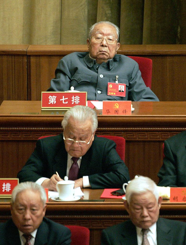 鄧小平奪權,華國鋒被趕下台。圖片最上方為華國鋒。(GOH CHAI HIN/AFP via Getty Images)