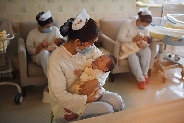 5月31日,中共官方稱實施生育「三個子女」政策及配套支持措施。評級機構穆迪認為,「三孩」政策不太可能給中國的出生率帶來顯著變化。圖為中國北京一家嬰兒護理中心。(GREG BAKER/AFP via Getty Images)