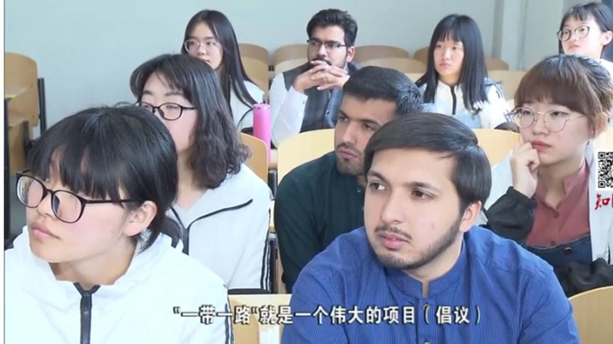 近日,河北師範大學的一張教學圖片引發輿論爭議。(影片截圖)