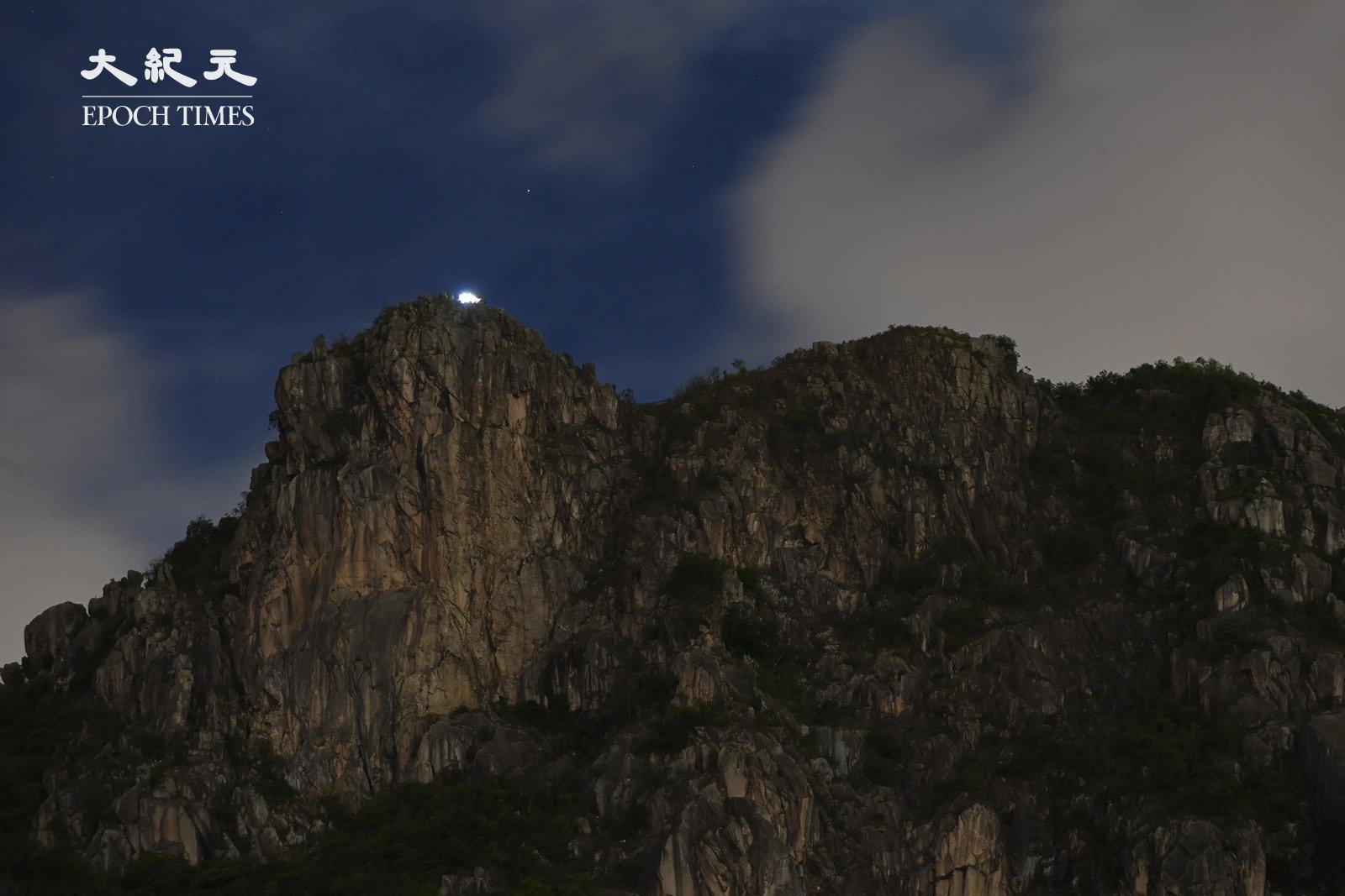 從黃大仙望上山,獅子頭上那一個亮點清晰可見。(宋碧龍/大紀元)