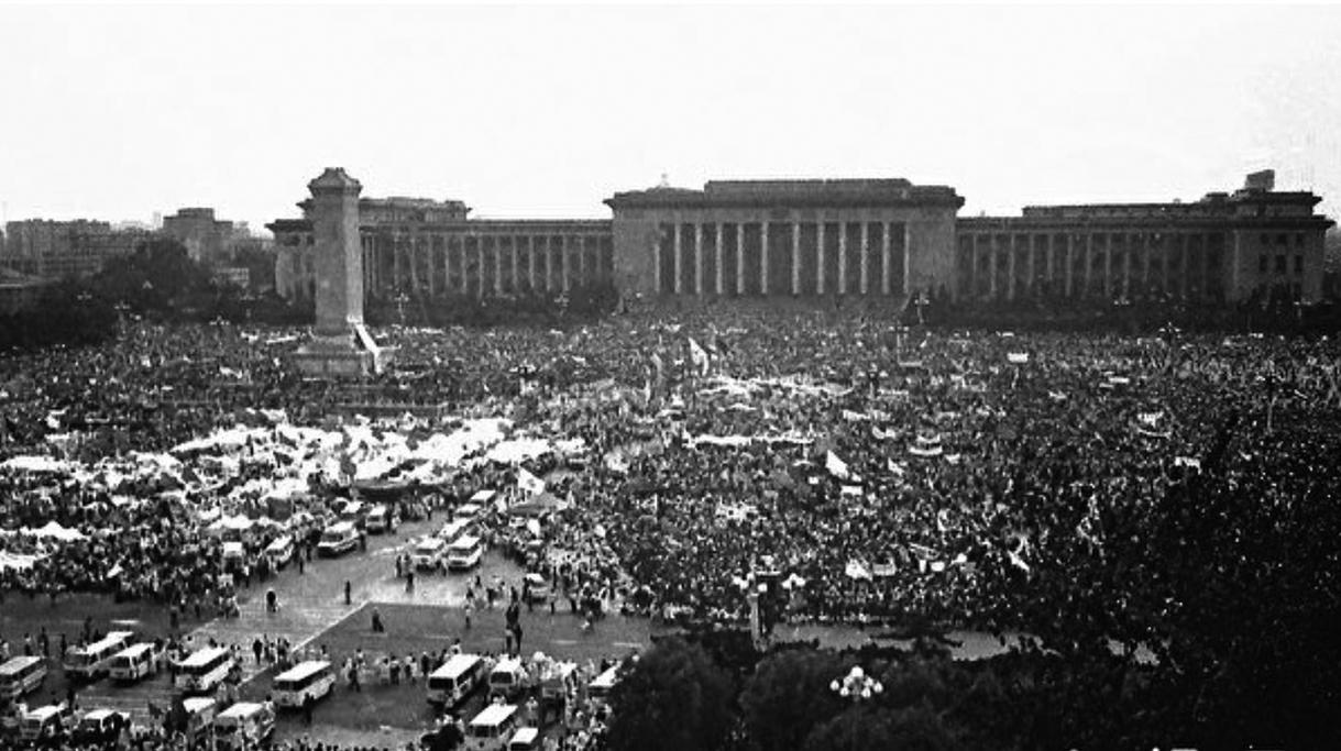 1989年六四期間,北京學生抗議中共打壓,反腐敗要民主,得到廣大民眾的支持。(Jian Liu提供)