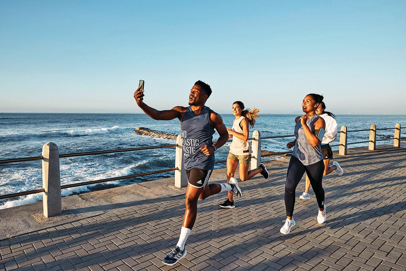 adidas新款跑鞋以海洋永續為設計理念。