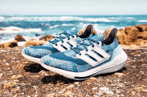 鞋款藍白相間的紋路呼應浪花及波紋。