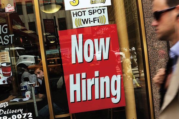 邁阿密一家Popeye's餐館外懸掛的招聘告示。(Getty Images)
