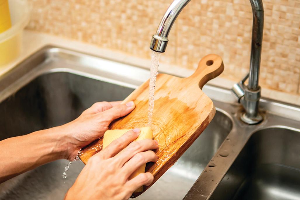 為避免砧板長黴斑,平時用小蘇打清潔很重要。