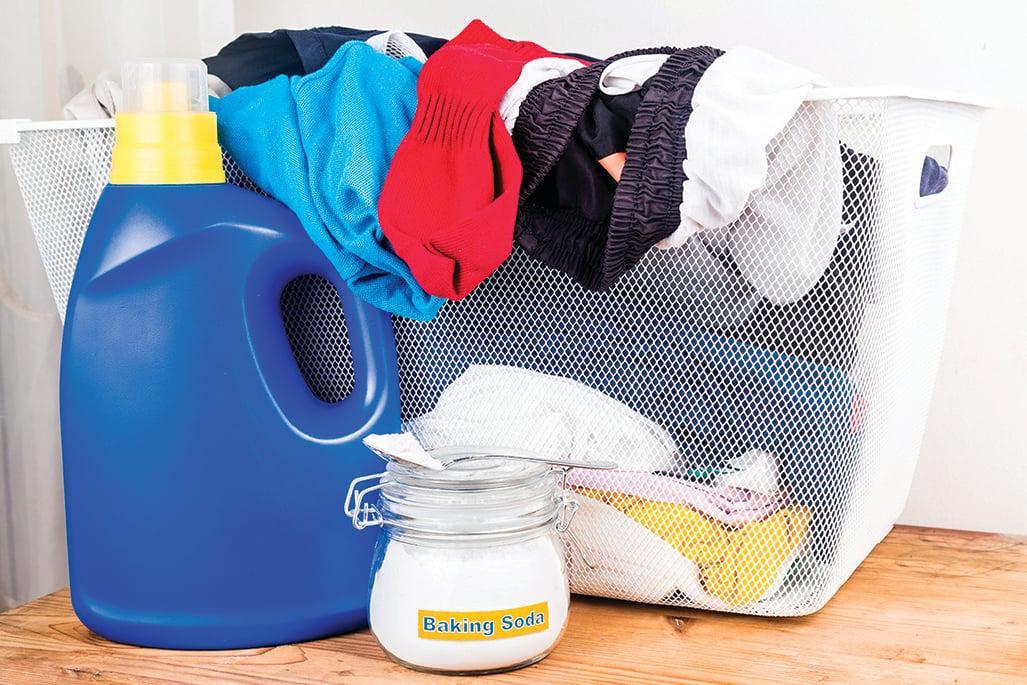換下的衣服若不打算馬上洗,可在洗衣籃裏灑一些小蘇打粉。
