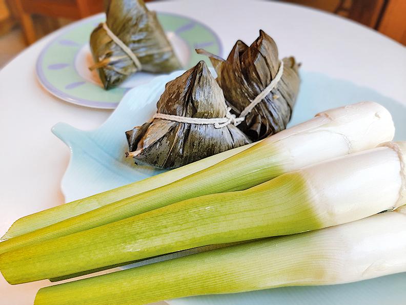 古時的菰、菰蘆即是筊白筍。人們取用筊白筍葉包黍米做出牛角形的粽子,稱為角黍。(容乃加/大紀元)