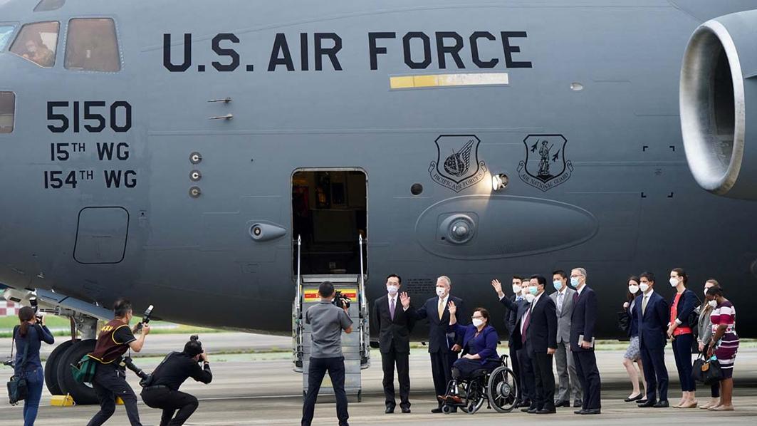 6月6日,三名美國國會參議員乘坐軍機抵台。(ADEN HSU/POOL/AFP via Getty Images)