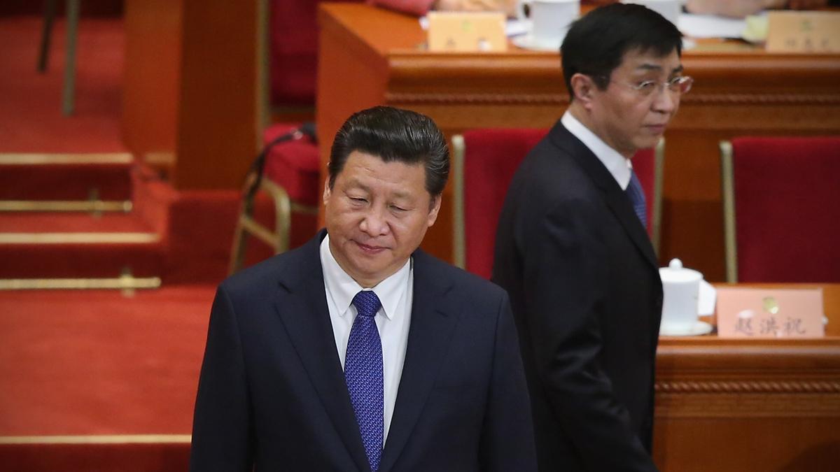 中共常委王滬寧已三個月不見於中共官媒的報道,同時失勢的跡象頻頻顯現。圖為2015年3月,習近平和王滬寧在北京參加政協閉幕式。(Feng Li/Getty Images)