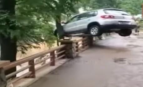 6月10日,浙江諸暨遭百年一遇强降雨,有的車輛被衝到防護欄上。(視頻截圖)