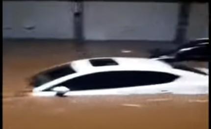 6月10日,浙江諸暨遭百年一遇強暴雨,很多小汽車被泡在水裏。(視頻截圖)