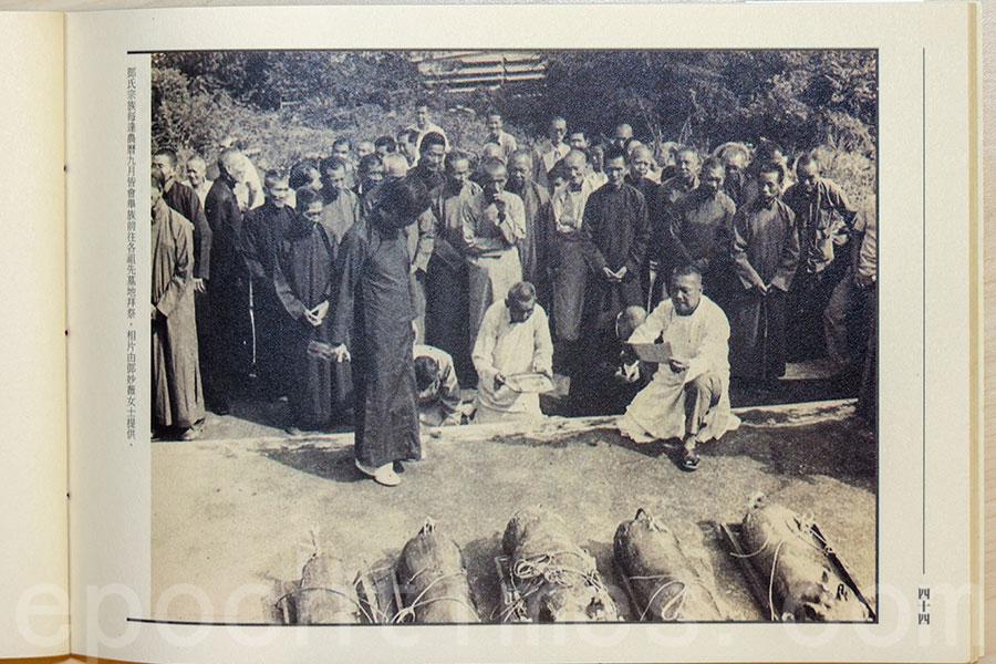 廈村鄧氏宗族每逢黃曆九月皆會舉族前往各祖先墓地拜祭。(《祭・春秋》場刊圖片,原圖由鄧妙薇提供)