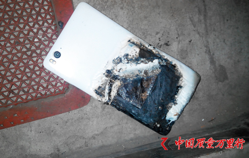 今年6月,秦皇島江先生的小米4C手機用了半年,放在背包裡出現自燃。(網絡圖片)