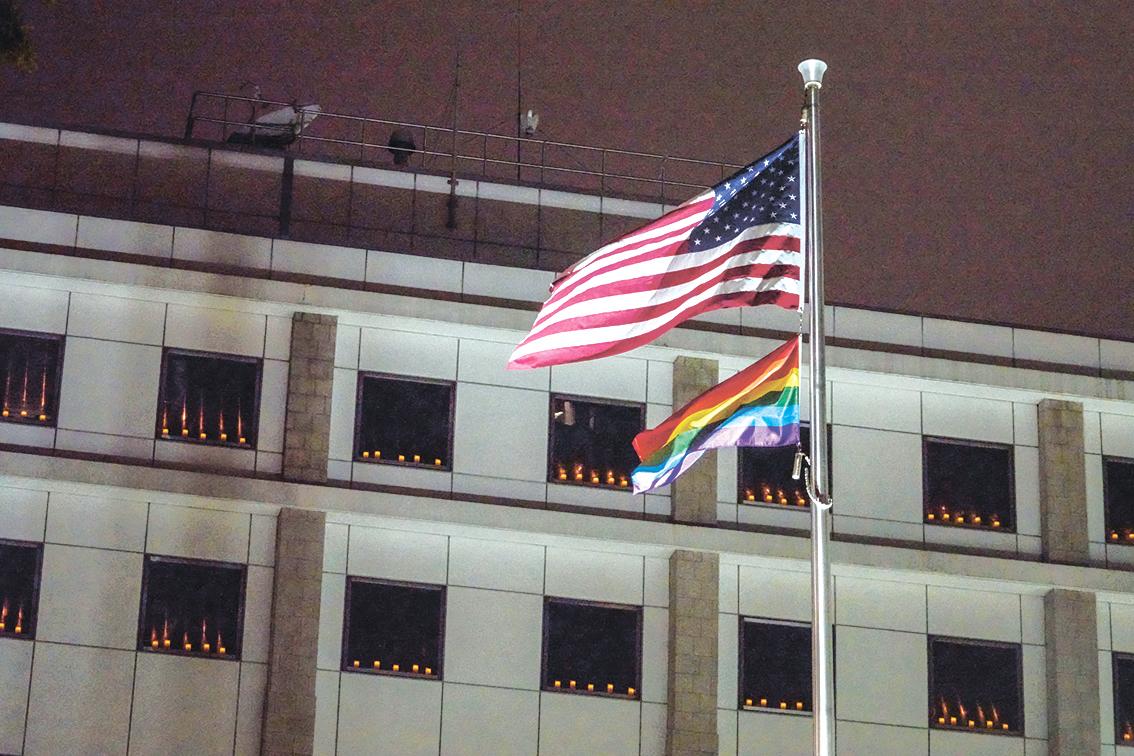 2021年6月4日入夜後,香港的美國領事館窗口舖滿蠟燭悼念「六四」。(余鋼/大紀元)