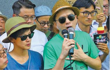 藝人黃耀明、何韻詩也到場聲援,他們呼籲港人一起站出來及抵擋政治暴力。(李逸/大紀元)