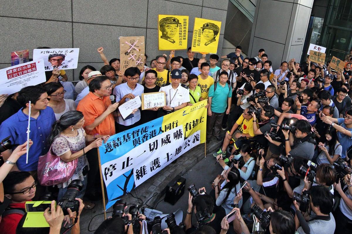 香港基督徒學會在灣仔警署舉行集會,抗議候任立法會議員朱凱廸受恐嚇。圖為朱凱廸等人將約9千人的聯署遞交給警署代表。(李逸/大紀元)