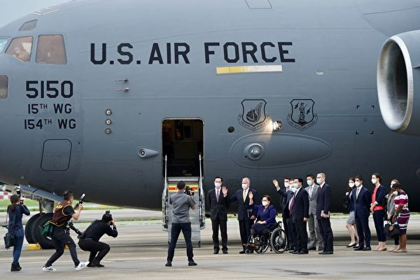 2021年6月6日,美國議員乘坐美國空軍「波音C-17環球霸王III」( C-17 Globemaster III)貨機抵達台灣松山機場,這是美軍的主要戰略升降機。(Aden HSU/POOL/AFP)