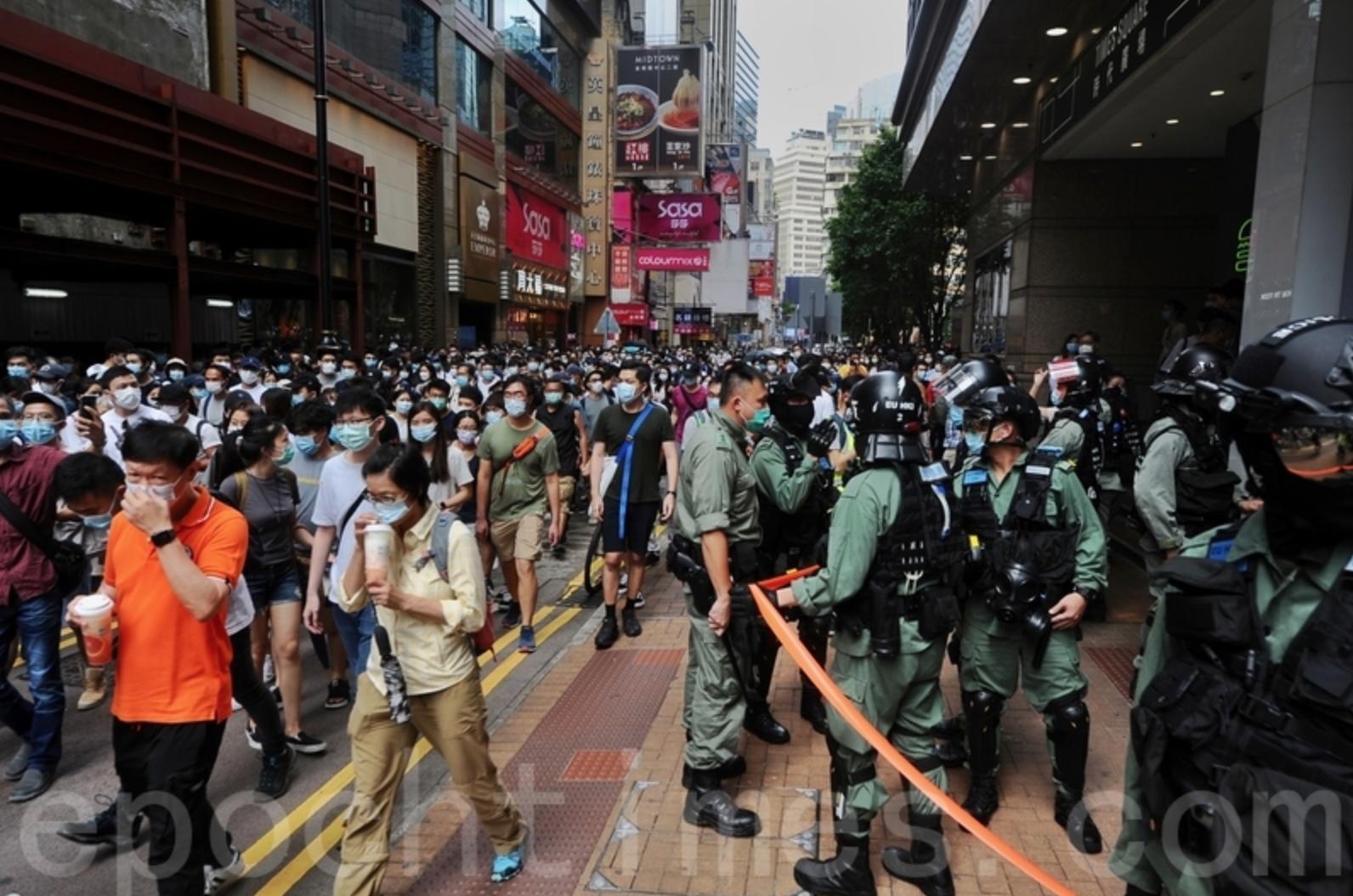 2020年7月1日也是「港版國安法」實施翌日,雖然當局禁止遊行並部署大批警察預備拘捕市民,但仍有許多市民按照往年七一遊行的路線行進。(宋碧龍/大紀元)