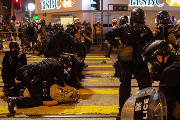 圖為香港,抗議民眾遭到暴力鎮壓。(Billy H.C. Kwok/Getty Images)