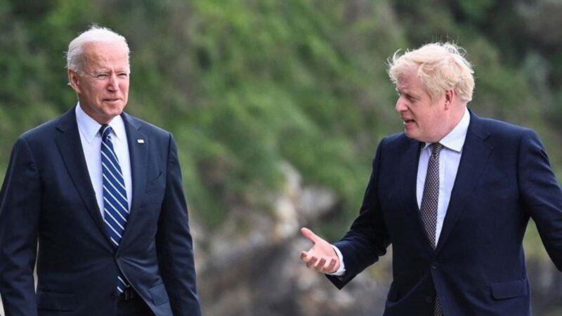 應英國首相約翰遜的邀請,美國總統拜登在出席G7峰會前夕訪問了英國,並共同簽署了《新大西洋憲章》。圖爲2021年6月10日,約翰遜與拜登在英國卡比斯灣酒店(Carbis Bay Hotel)外散步交談。(Toby Melville - WPA Pool/Getty Images)