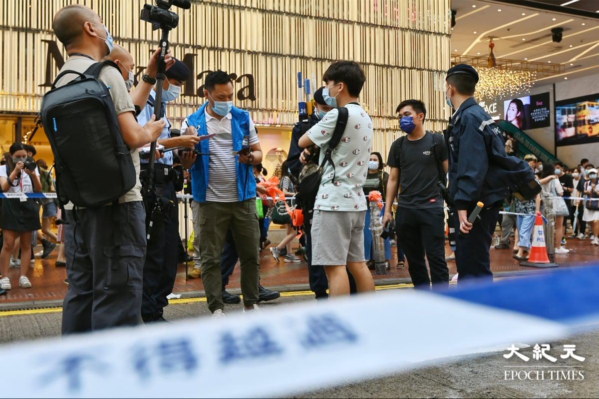 6月12日下午4時起,大批軍裝警員在銅鑼灣SOGO附近拉起封鎖線,有市民說:「變咗警察遊行。」(宋碧龍/大紀元)