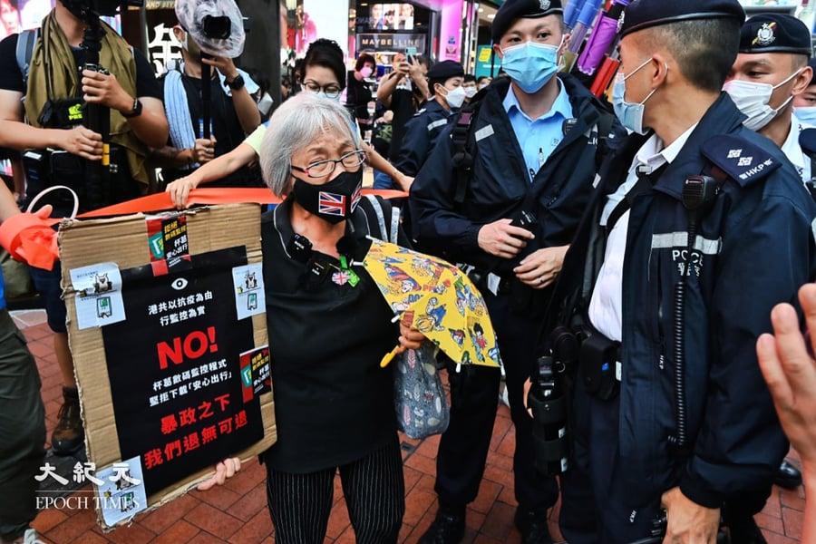 手持小雨傘被警方拉橙帶驅趕 王婆婆:暴政之下退無可退